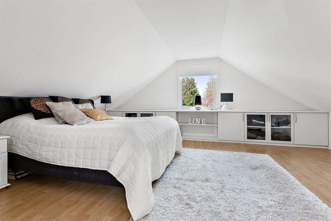 Master bedroom övre plan med fiont ljusinsläpp