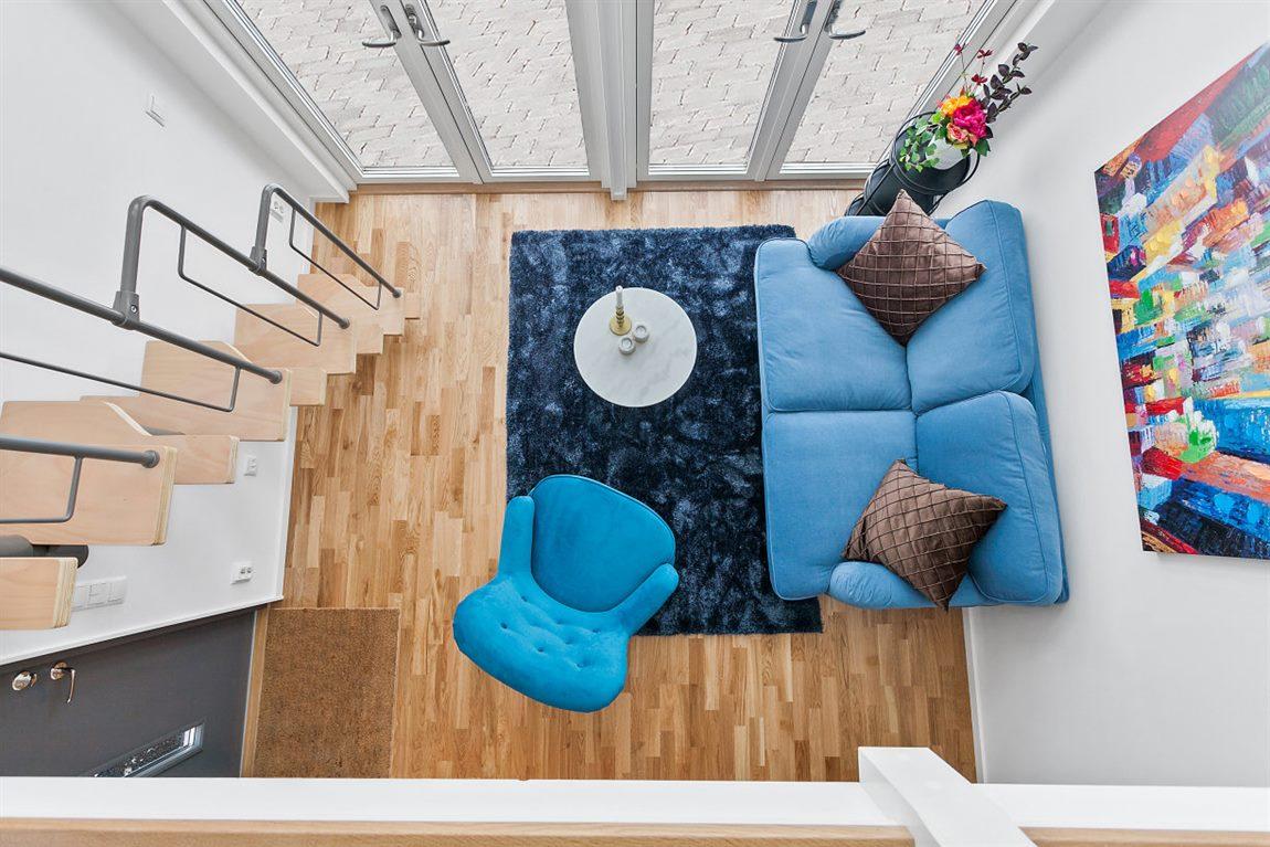 Vardagsrum sett från sovloftet
